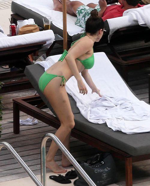 Kelly Brook w bikini bez retuszu (FOTO)
