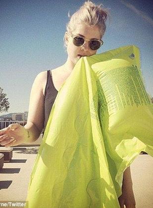 Kelly Osbourne chwali się płaskim brzuchem (FOTO)