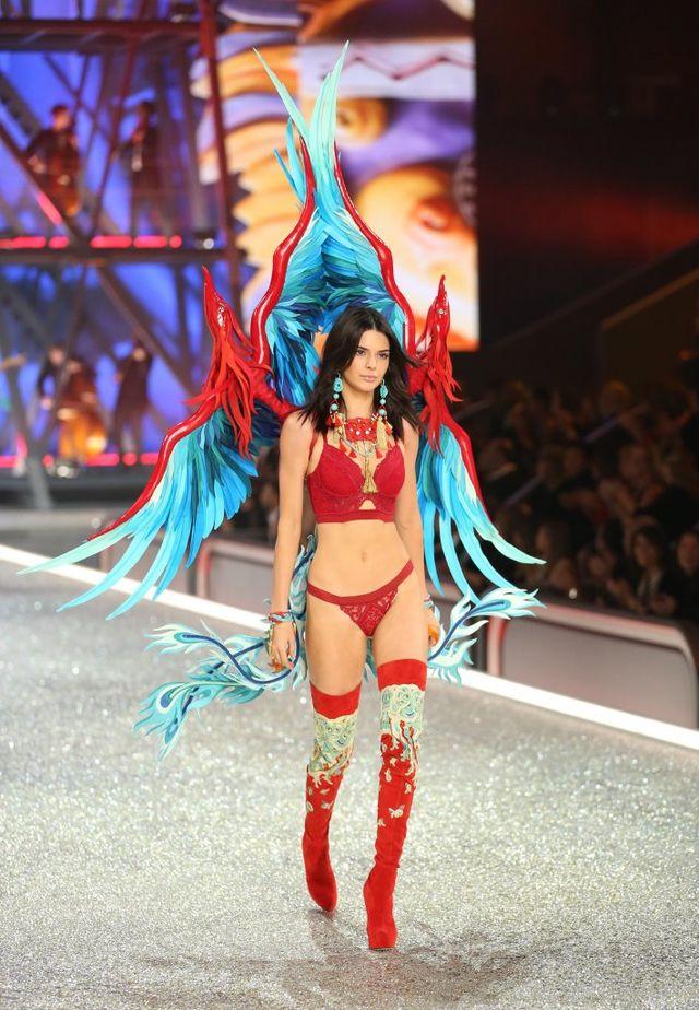 Wygłodzone Kendall JENNER i Gigi Hadid rzuciły się NA TO po pokazie VS