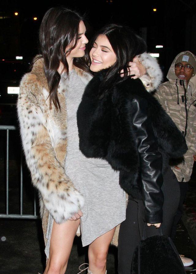 Wszystkie siostry Jenner - Kardashian na świątecznym balu - która NAJPIĘKNIEJSZ
