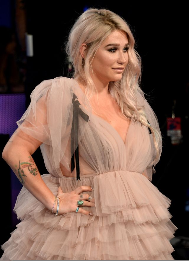 Dlaczego wybrała suknię, w której wyglądała jak beza? (ZDJĘCIA)