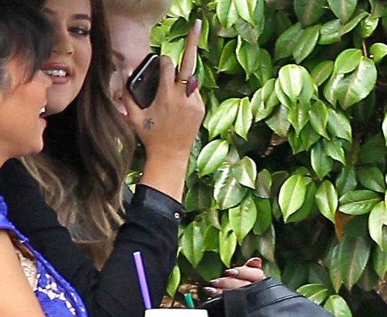 Khloe Kardashian pokazuje środkowy palec paparazzi (FOTO)