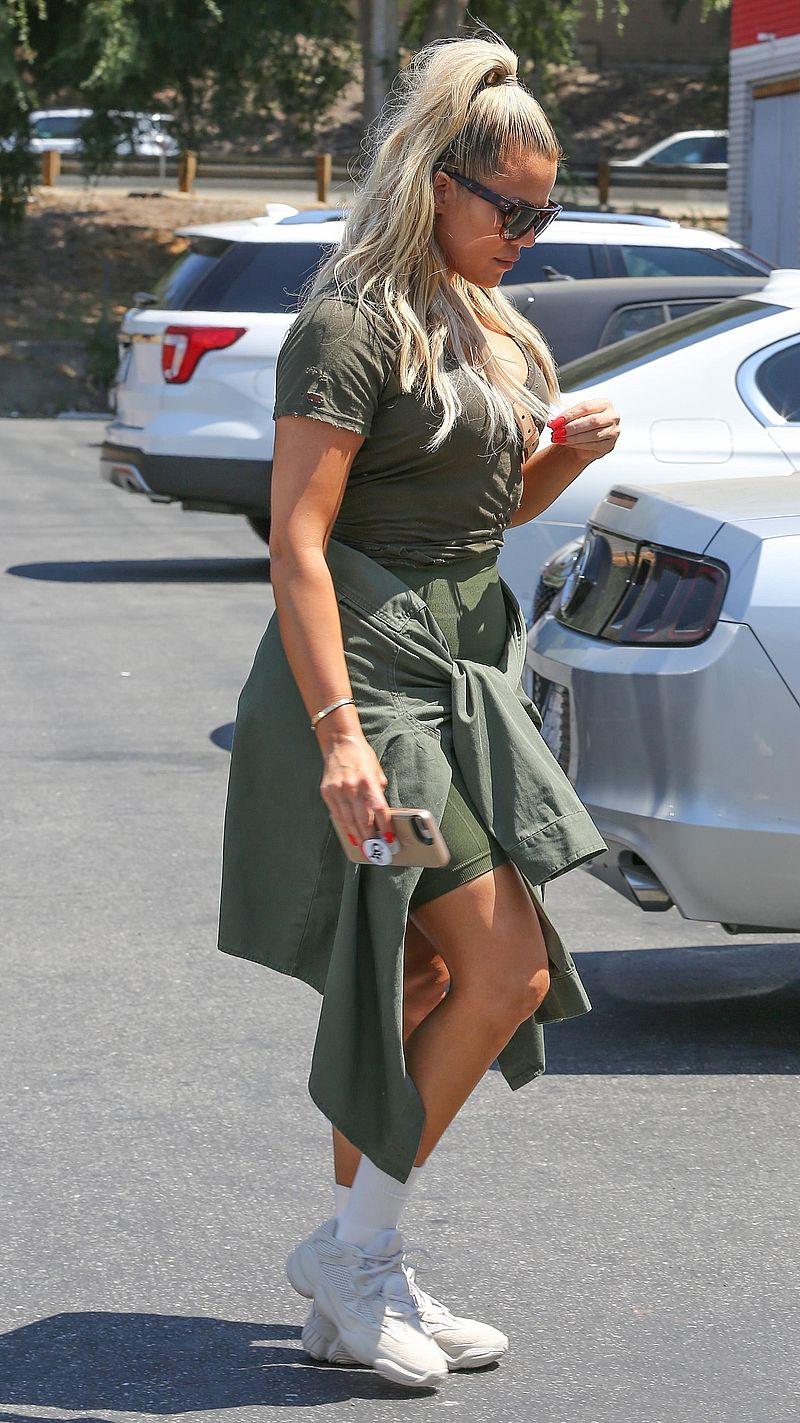 MEGA wpadka Khloe Kardashian. Źle nałożyła SAMOOPALACZ? (ZDJĘCIA)