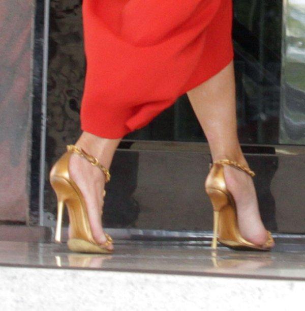 Kim Kardashian zakłada coraz luźniejsze sukienki (FOTO)