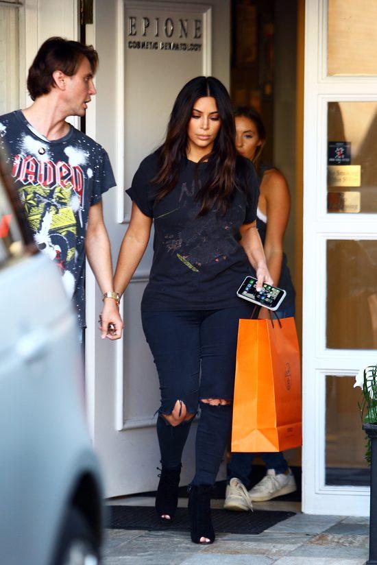 Kim Kardashian przed gabinetem pielęgnacji laserowej (FOTO)