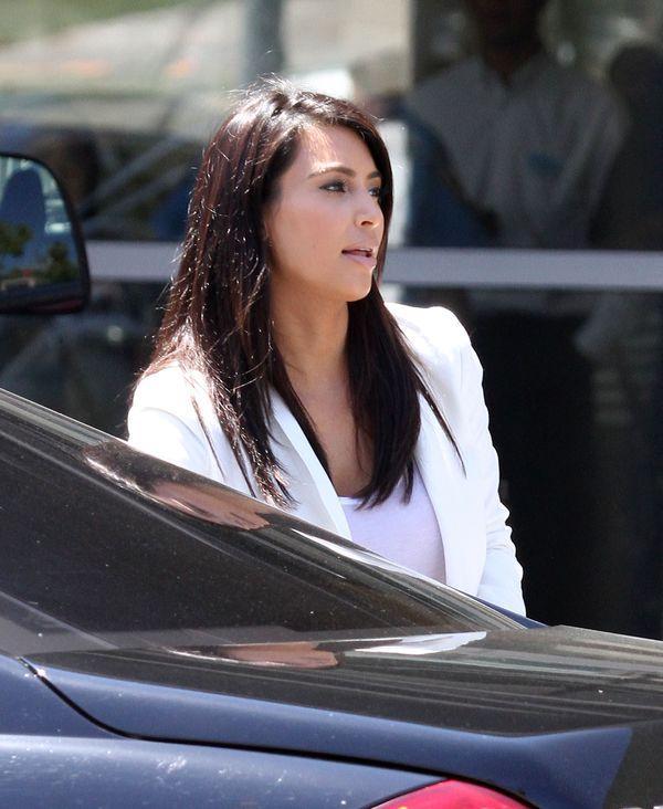 Jak Kim Kardashian osiąga efekt skórki brzoskwini na twarzy?