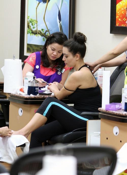Kim Kardashian w salonie pielęgnacji paznokci (FOTO)