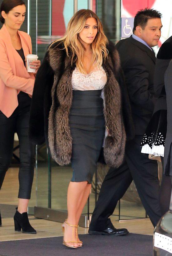 Kim Kardashian waży się 14 razy dziennie!  (FOTO)