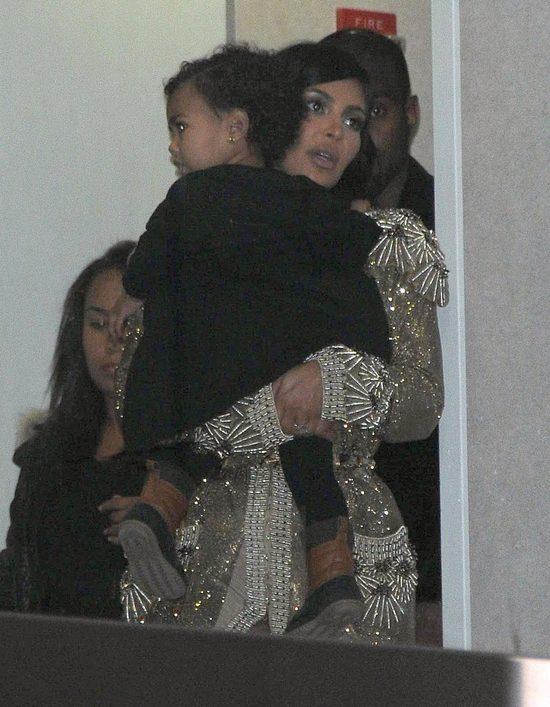 W sukni od Gaultiera niosła dziecko na lotnisku (FOTO)