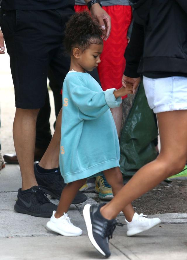 Mama w pracy, dzieci z opiekunką - Kim musi mieć czas dla fanów (FOTO)