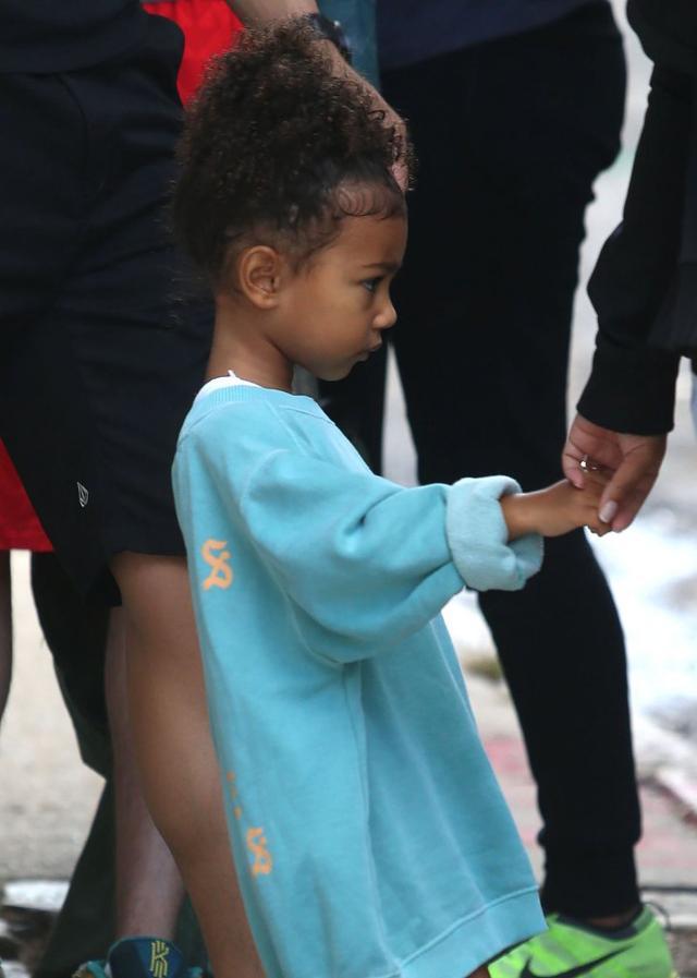 Mama w pracy, dzieci z opiekunk� - Kim musi mie� czas dla fan�w (FOTO)
