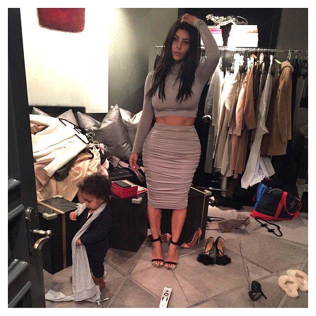 Kim z Nori w garderobie. Ale bałagan! (FOTO)