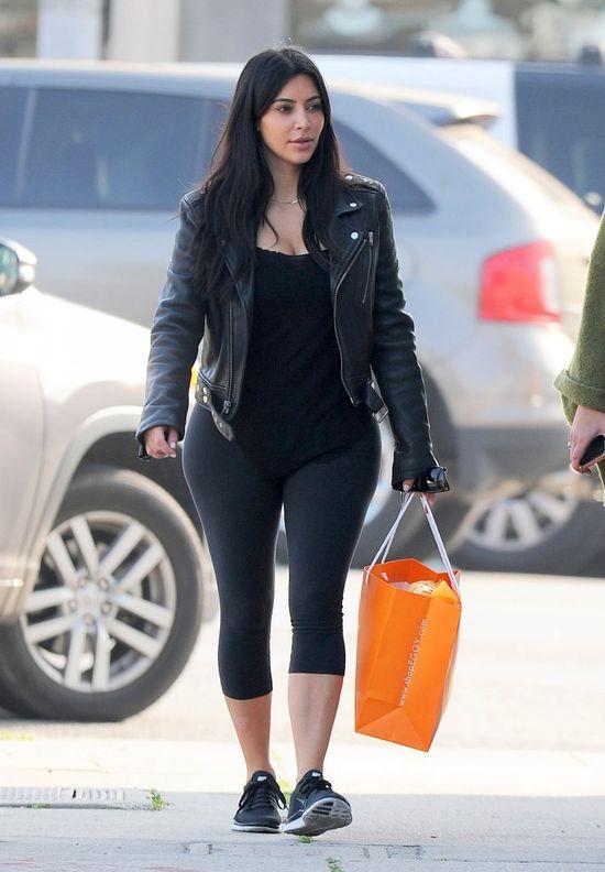 Gdy Kim Kardashian maluje i ubiera się sama (FOTO)