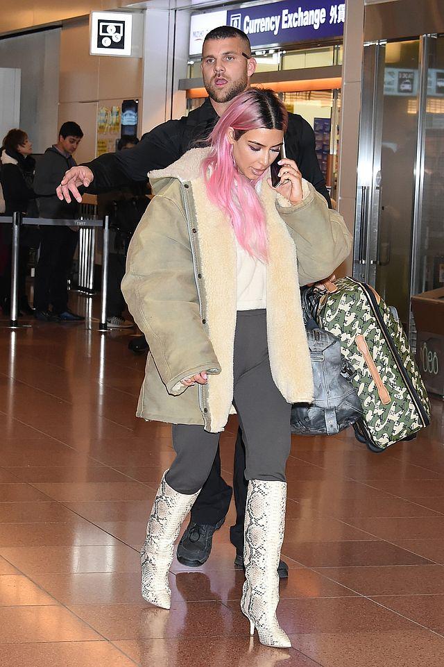 Kim Kardashian w RÓŻOWYCH włosach z Kourtney na lotnisku (ZDJĘCIA)