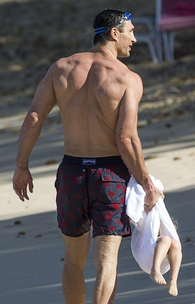 Zawinął córkę w ręcznik i niósł po plaży (ZDJĘCIA)