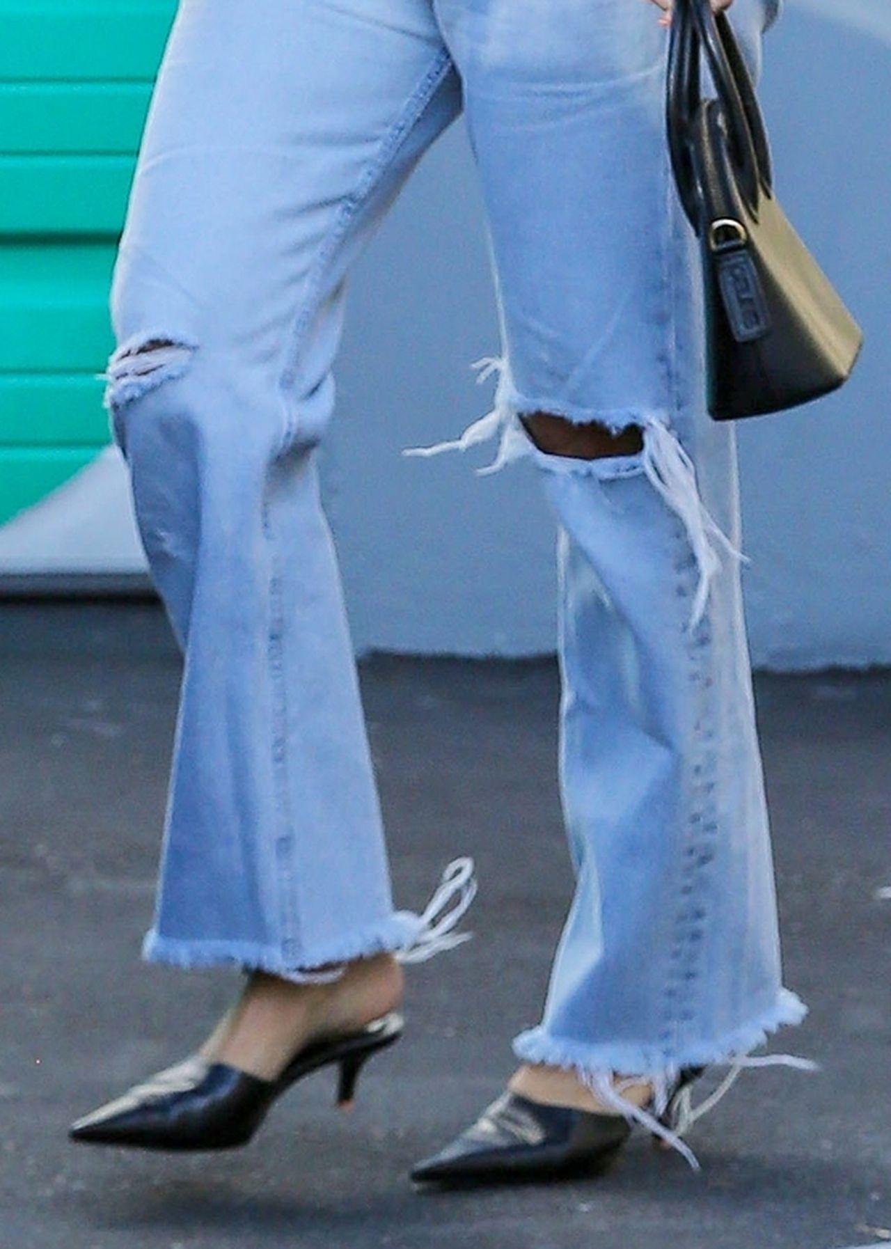 Ten CZUB! Kourtney Kardashian w KOSZMARNYCH butach (ZDJĘCIA)