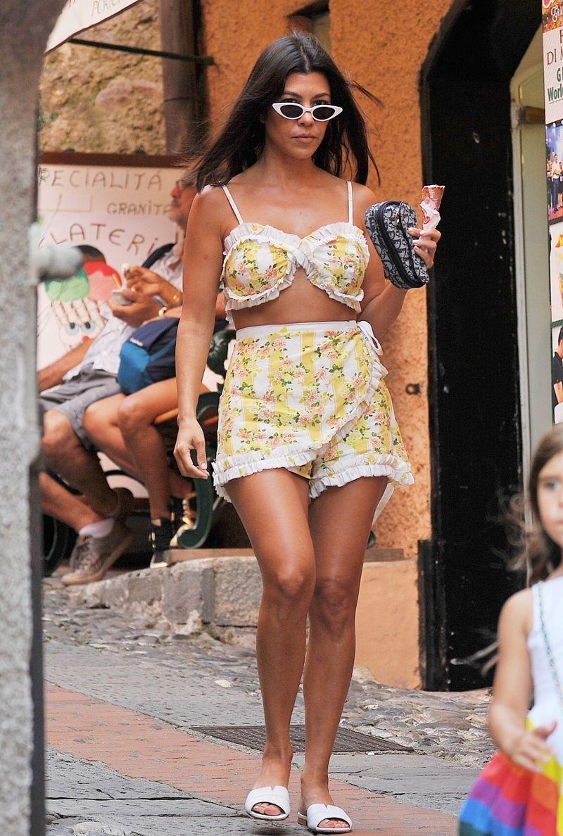 Kourtney w żółtym staniku paraduje po włoskich uliczkach (ZDJĘCIA)