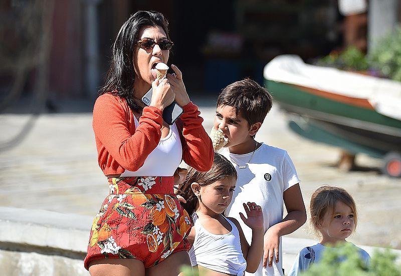 Kourtney Kardashian zabrała dzieci na wakacje (ZDJĘCIA)