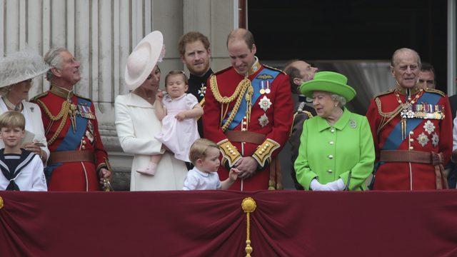Gif z królową strofującą księcia Williama stał się HITEM sieci