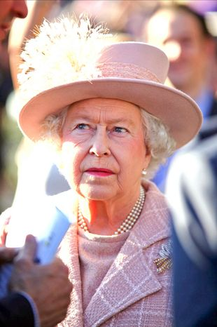 Królowa Elżbieta II przyjęła zaproszenie na ślub (VIDEO)