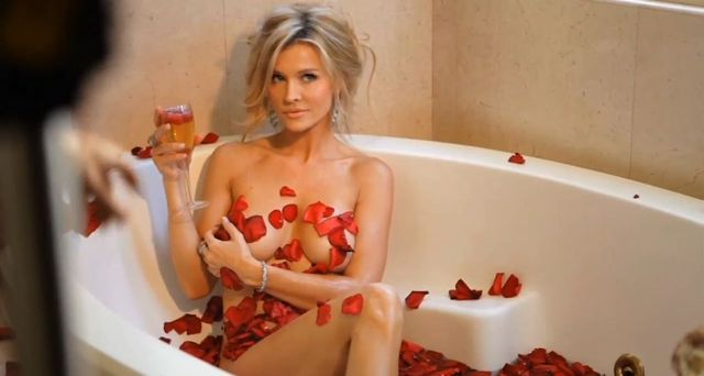 Joanna Krupa z króliczkiem i w wannie topless [VIDEO]