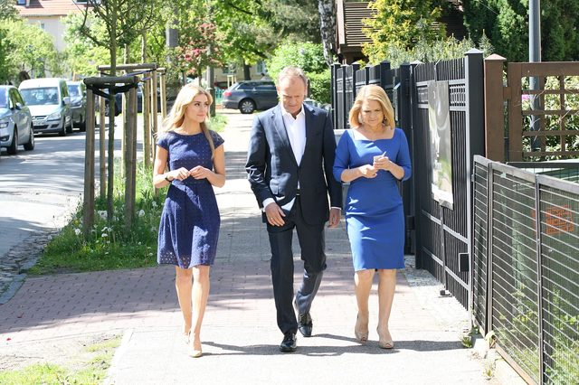 Kasia Tusk z rodzicami na wyborach (FOTO)