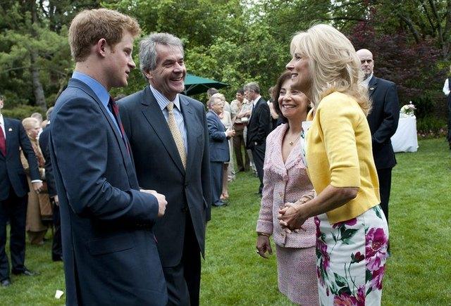 Ksi��� Harry nie sp�dza czasu wy��cznie na imprezach (FOTO)