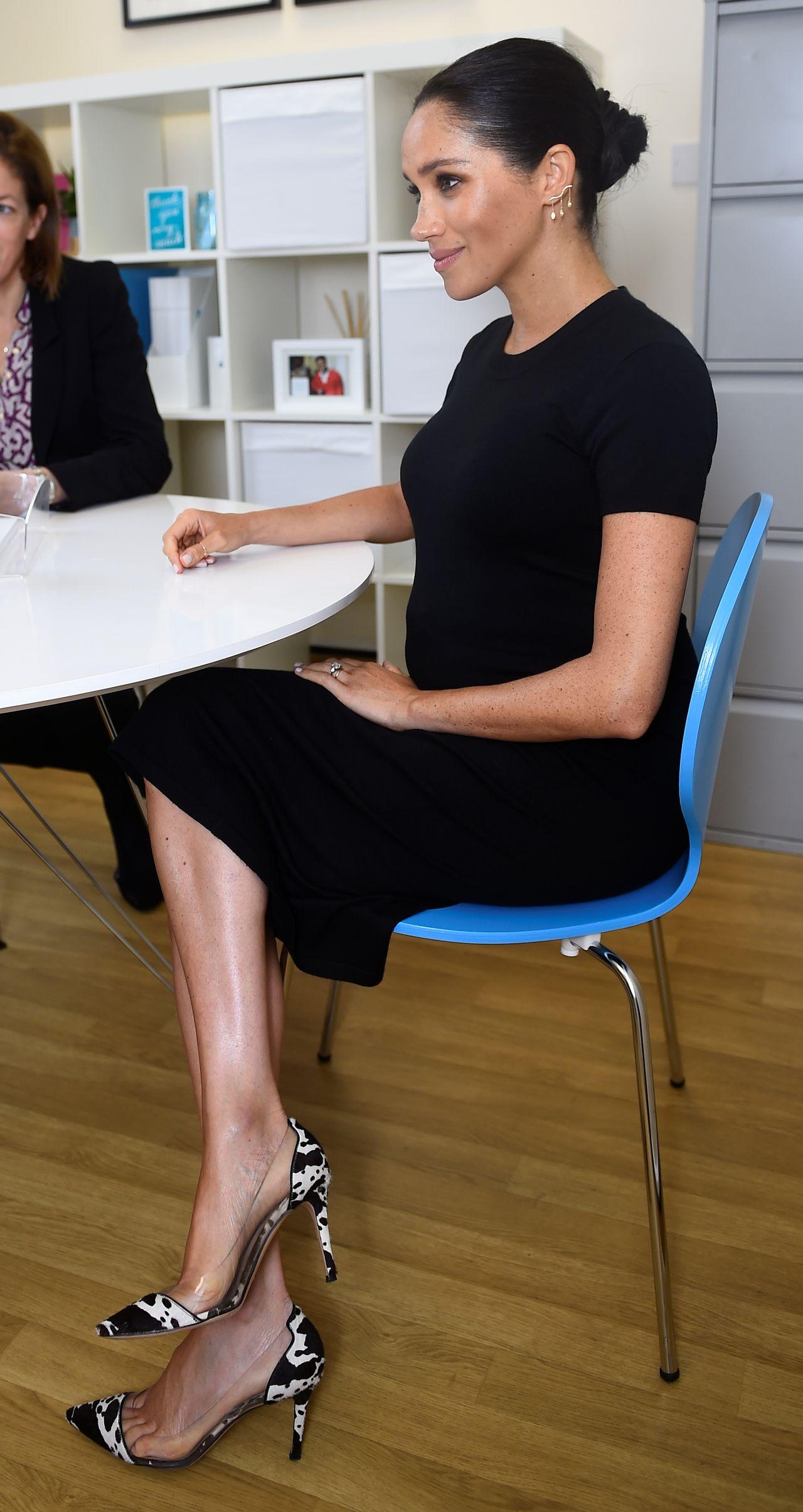Księżna Meghan w ciążowej sukience i łaciatych szpilkach z wizytą w fundacji