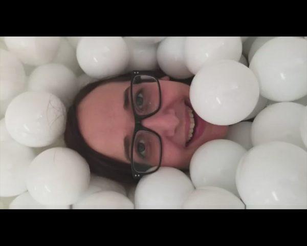 Chcia�by� si� wyk�pa� w basenie pe�nym pi�eczek? [VIDEO]