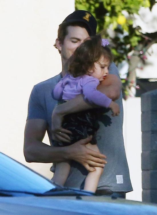 Ashton Kutcher nieźle sprawdza się w roli taty (FOTO)