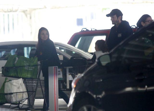 Mila Kunis i Ashton Kutcher ogarniają powiększoną rodzinę (FOTO)