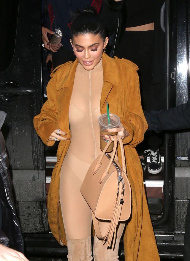 Biust Kylie Jenner wygląda, jakby miał EKSPLODOWAĆ! (ZDJĘCIA)