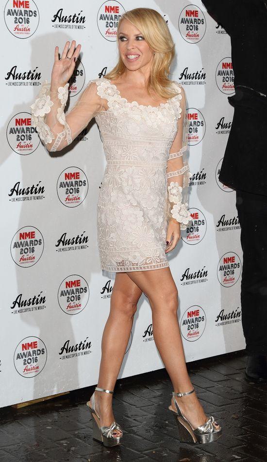 Kylie Minouge wygl�da OB��DNIE w tej sukience!