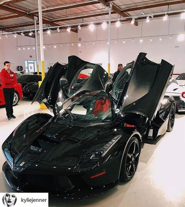 Zdjęcie nowego samochodu Kylie Jenner wywołało BURZĘ. I to nie przez jego cenę