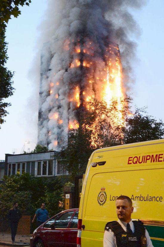 Simon Cowell w wyjątkowy sposób uczci ofiary pożaru w Londynie