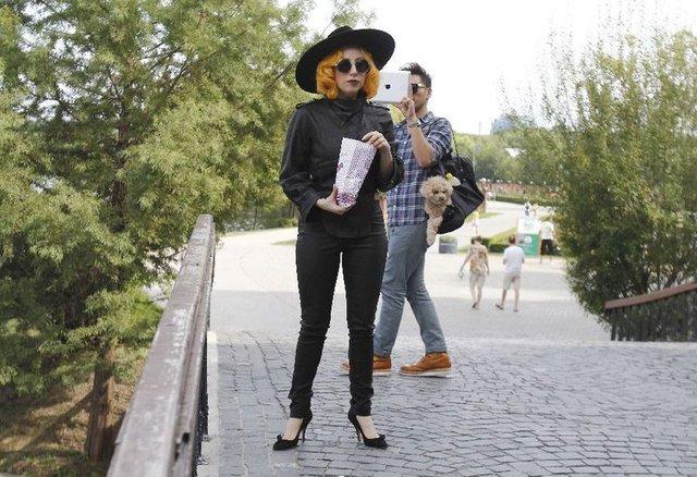Lady Gaga karmi pupila popcornem (FOTO)