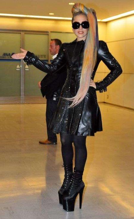 Lady Gaga w tęczowych włosach w Japonii (FOTO)