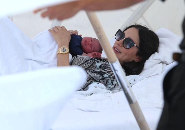 Dziewczyna Cowella 11 dni po porodzie... (FOTO)
