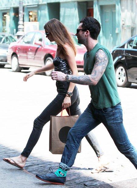 Adam Levine to dżentelman - kto by się spodziewał! (FOTO)