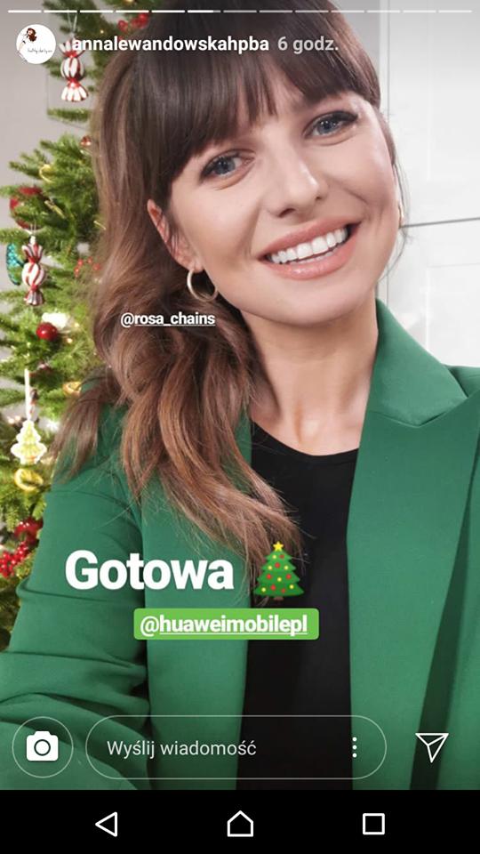 Anna Lewandowska w zielonym garniturze na evencie w centrum handlowym