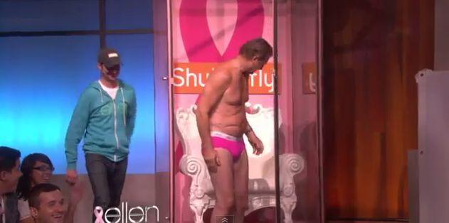Liam Neeson rozebrał się do majtek. Różowych! (VIDEO)