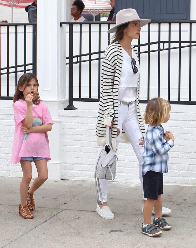 Lily Aldridge i Alessandra Ambrosio zabra�y dzieci na wsp�lny lunch