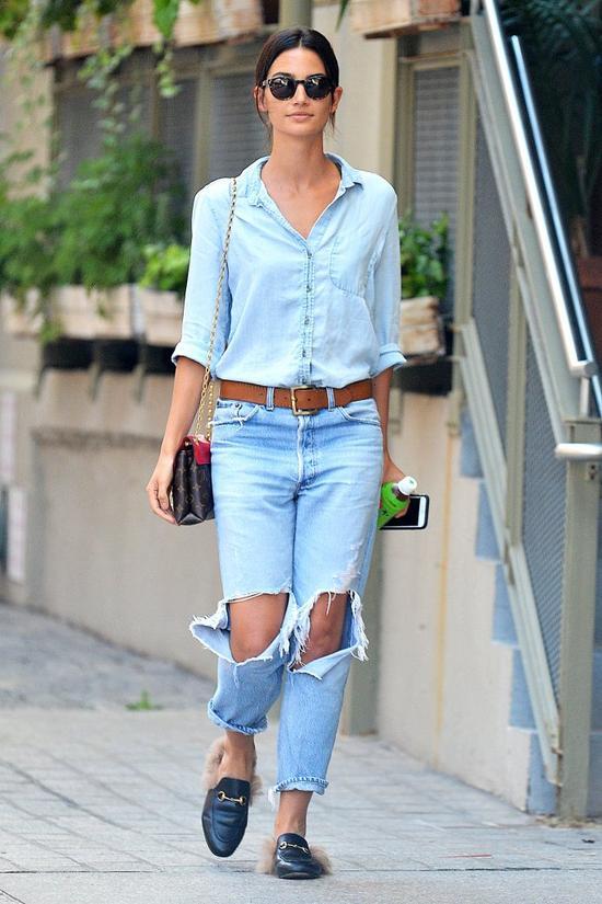 Piekna modelka w dziurawych dżinsach i w mokasynach z futerkiem (FOTO)