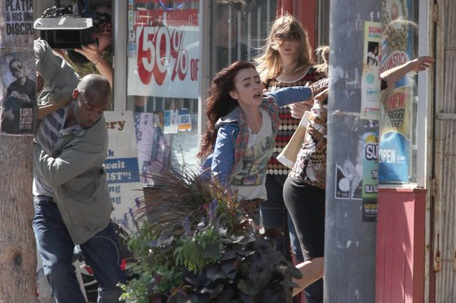 Lily Collins w akcji (FOTO)