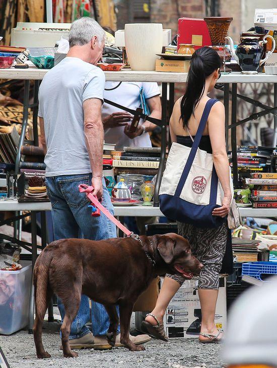 Lucy Liu buszuje na pchlim targu (FOTO)