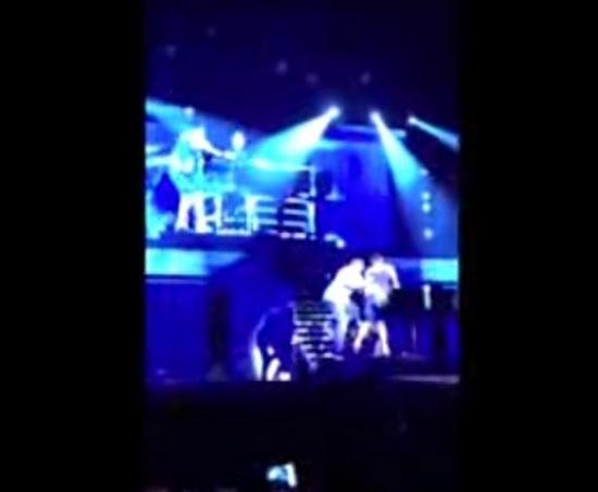 Bieber napadnięty na scenie przez swojego fana! (VIDEO)