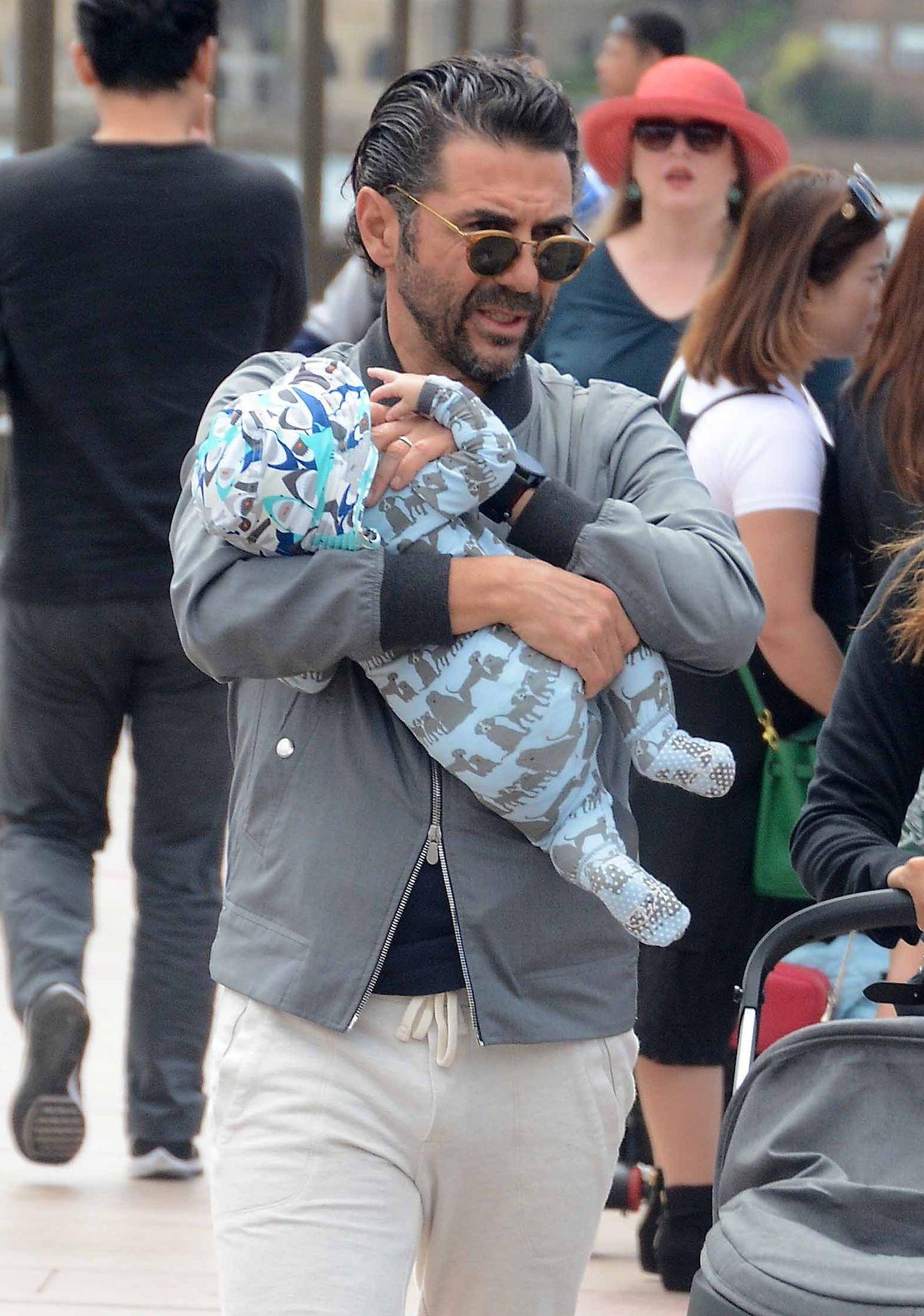 Mąż Evy Longorii zajmuje się dzieckiem podczas spaceru po mieście (ZDJĘCIA)