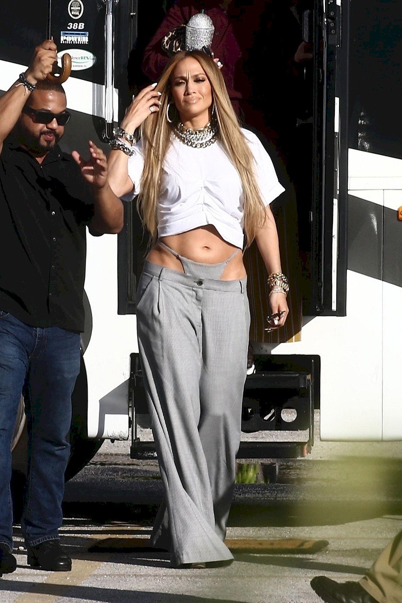 Jennifer Lopez w TANDETNYM stroju na planie nowego teledysku (ZDJĘCIA)