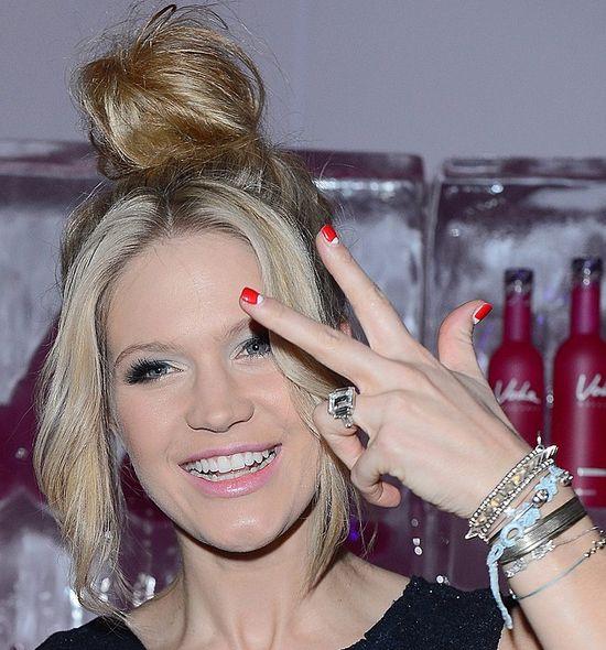 Zosia Ślotała w koczku i czerwono-białych paznokciach (FOTO)