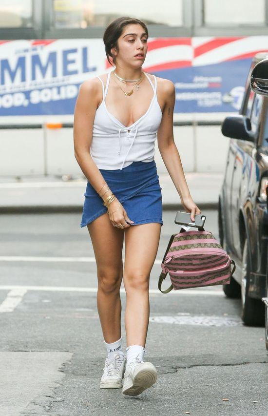 Lourdes Leon szybko pożałowała długości swojej spódniczki (FOTO)